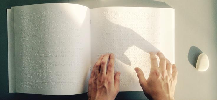 Destaque Página Principal - Imagem de mãos lendo em Braile
