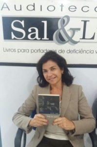 foto de Valéria Siniscalchi segurando o livro